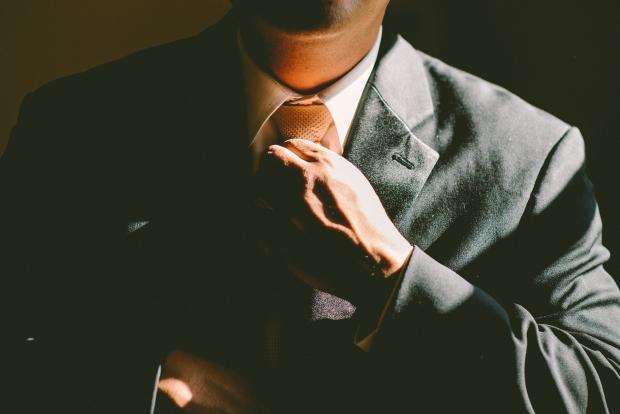 ①仕事に責任感を持っているか否か